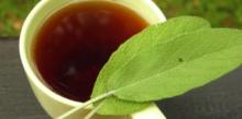На фото чай и листочки шалфея