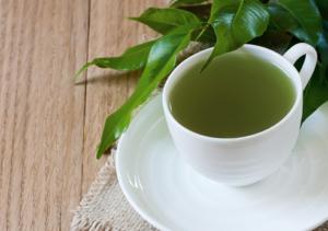 на фото чашка зелёного кофе